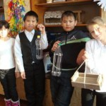 четвероклассники со своми кормушками